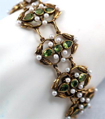 Peridot and pearl bracelet.