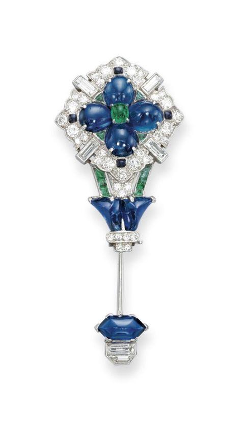 A DELICATE ART DECO SAPPHIRE, EMERALD AND DIAMOND JABOT PIN Designed as a caboch...