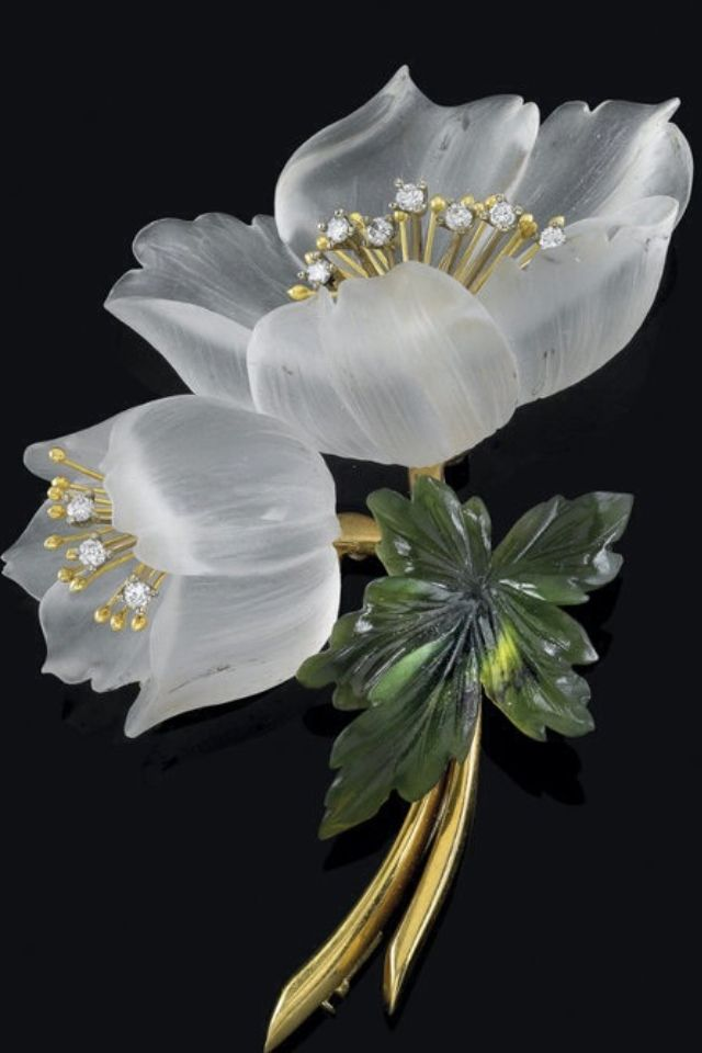 Exquisite floral brooch.