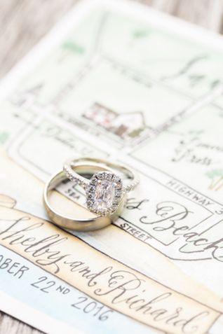 Halo diamond engagement ring |Leslie Hollingsworth Photography
