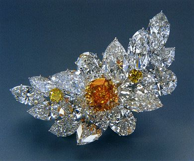 """The orange diamond in the center of this brooch is the """"Pumpkin Diamond"""" Pho..."""