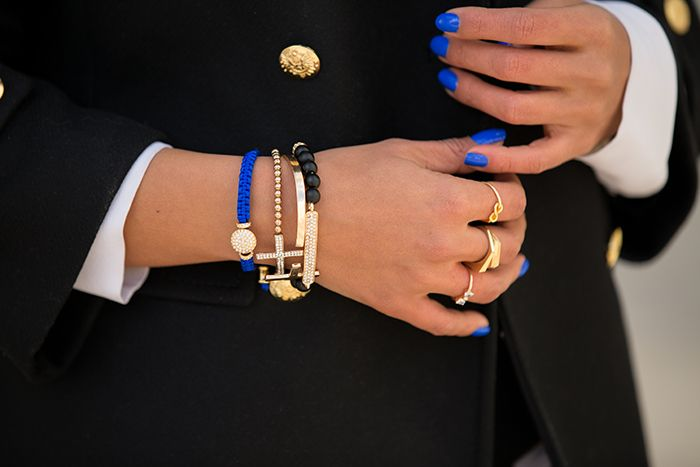 Sähkönsinistä koruissa ja kynsissä. Cobalt blue nails and bracelets.