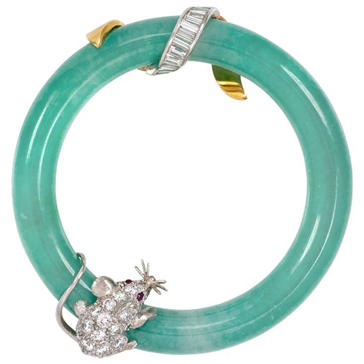 Una circular jadeíta broche azul-verde adornado con un ratón diamante con ojos...