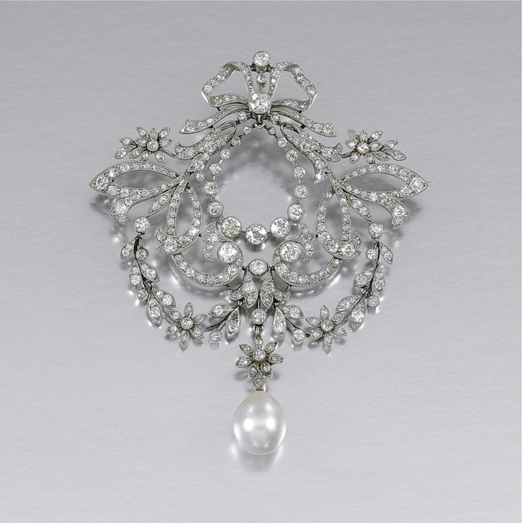 PEARL AND DIAMOND BROOCH/PENDANT, CIRCA 1905 In the garland style, designed as a...