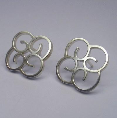 Kleine zilveren oorstekers.
