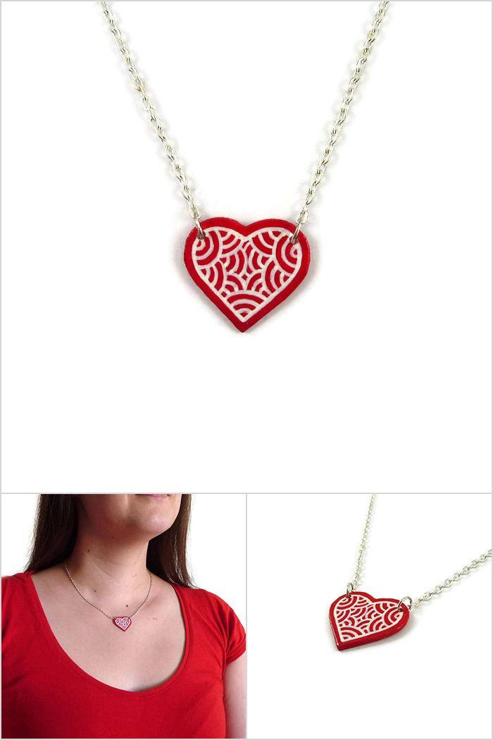 Collier fantaisie éco-responsable en forme de petit coeur rouge aux volutes bla...