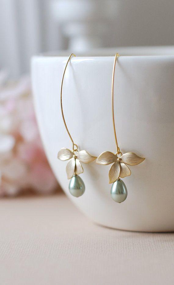 Fleur dorchidée or mat Teardrop vert sauge perles Boucles doreilles. Belles fle...